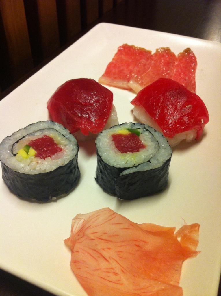 Maki de atún con aguacate y trigueros Niguiri tradicional de atún Sashimi de ventresca