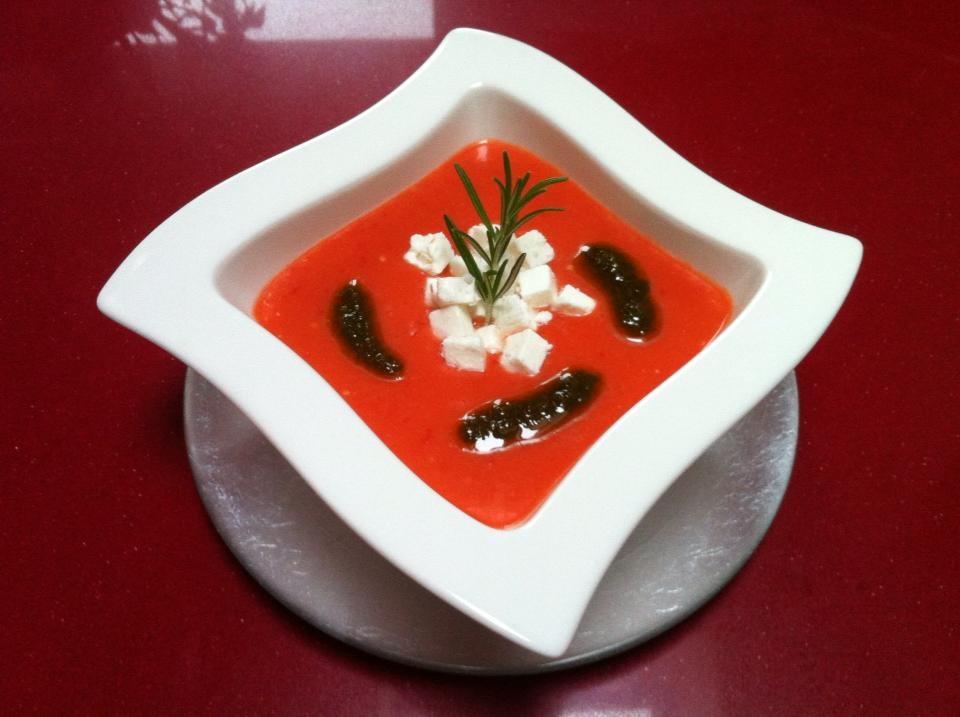 Gazpacho de sandía con aceite de albahaca y quesofeta