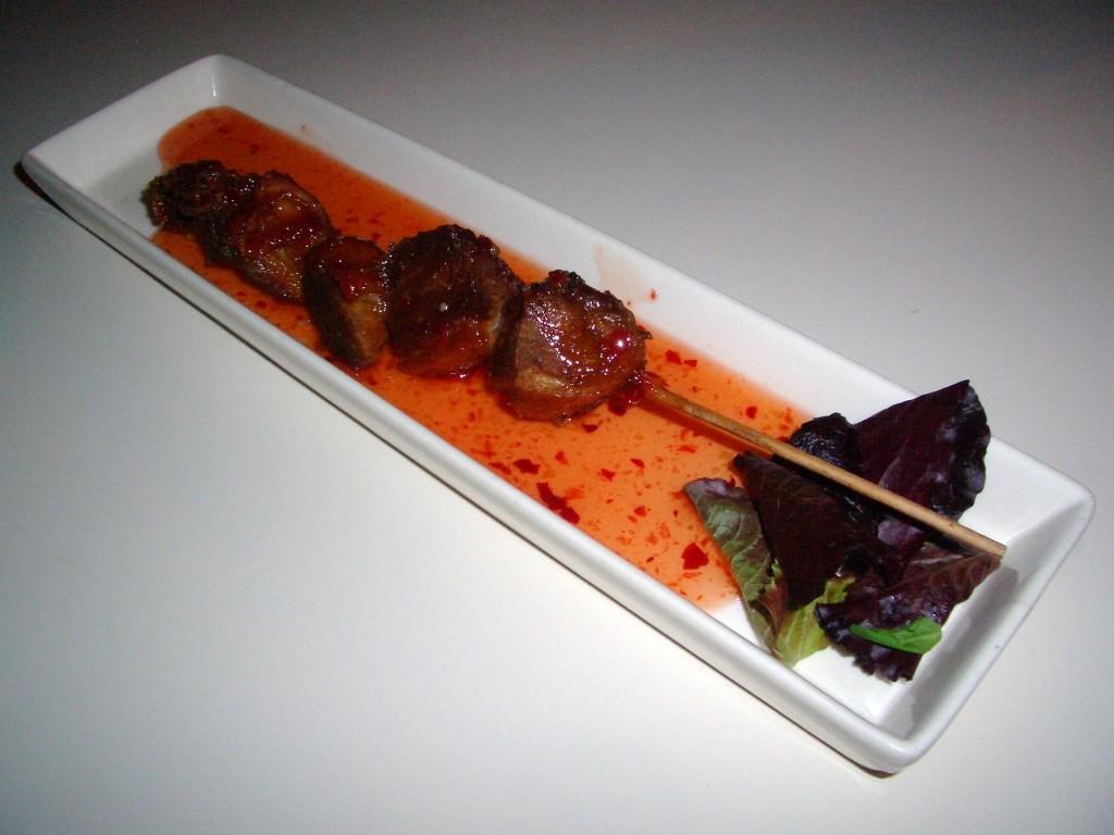 Brocheta de pato crujiente con salsa Thai