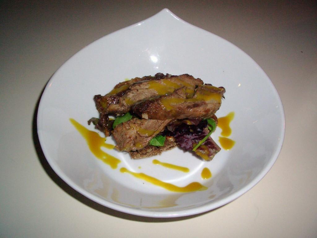 Tosta de pluma ibérica con tomates secos en aceite de oliva y salsa de mostaza de estragón