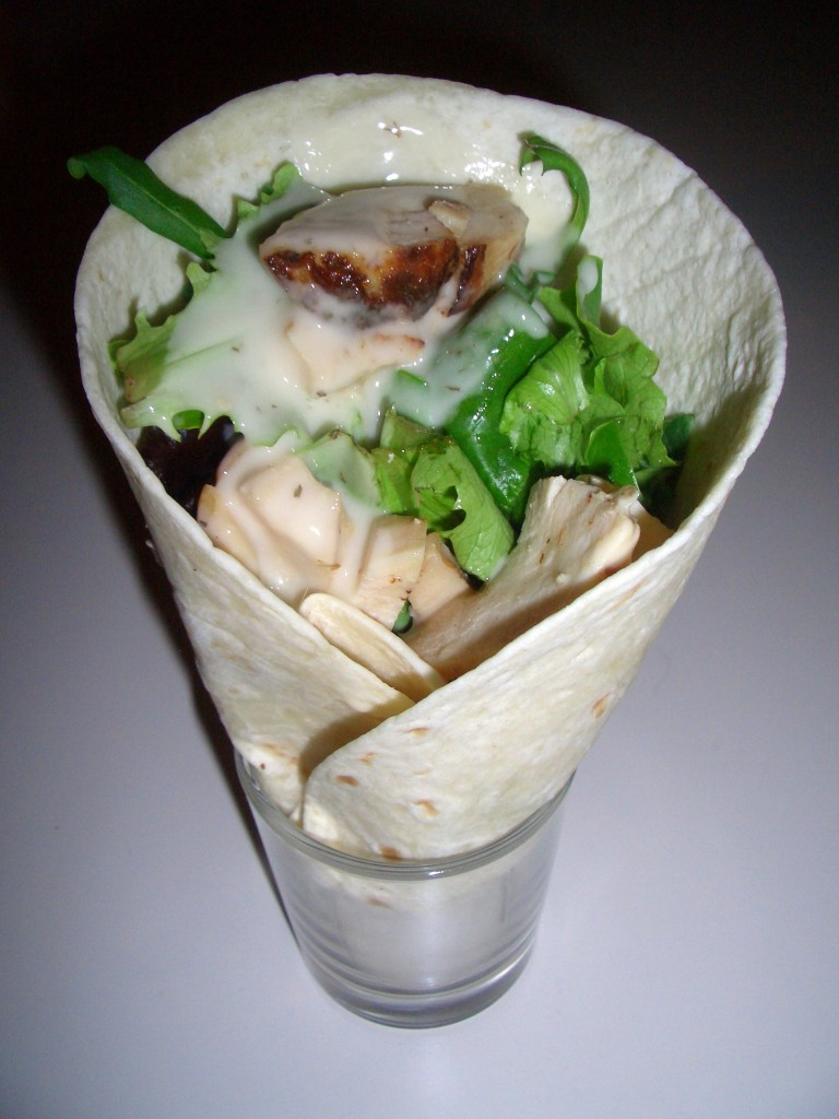 Mini wrap frío de pollo con salsa de yogurt