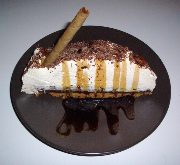 Tarta de chocolate negro al ron con plátano y dulce de leche montado en la nata