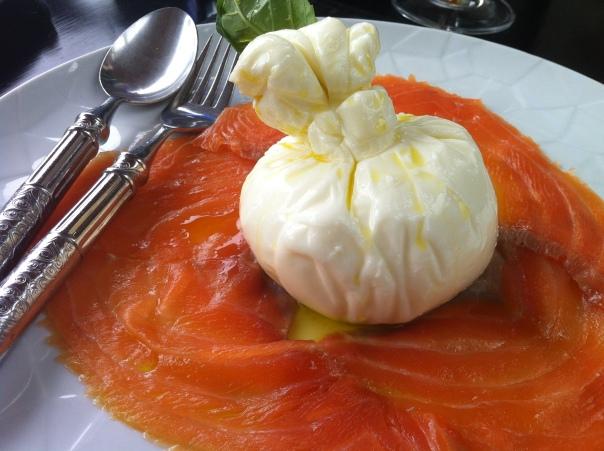 Mozzarella burrata con salmone affumicato