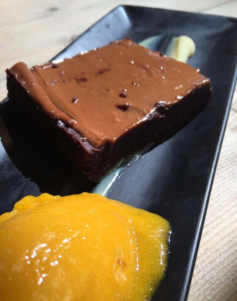 Bizcocho de chocolate tipo brownie con helado de melocotón