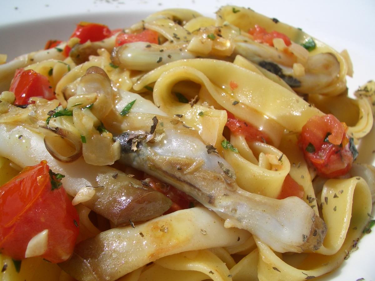Fettuccine con navajas razor clams fettuccine fuego de for Como cocinar navajas frescas