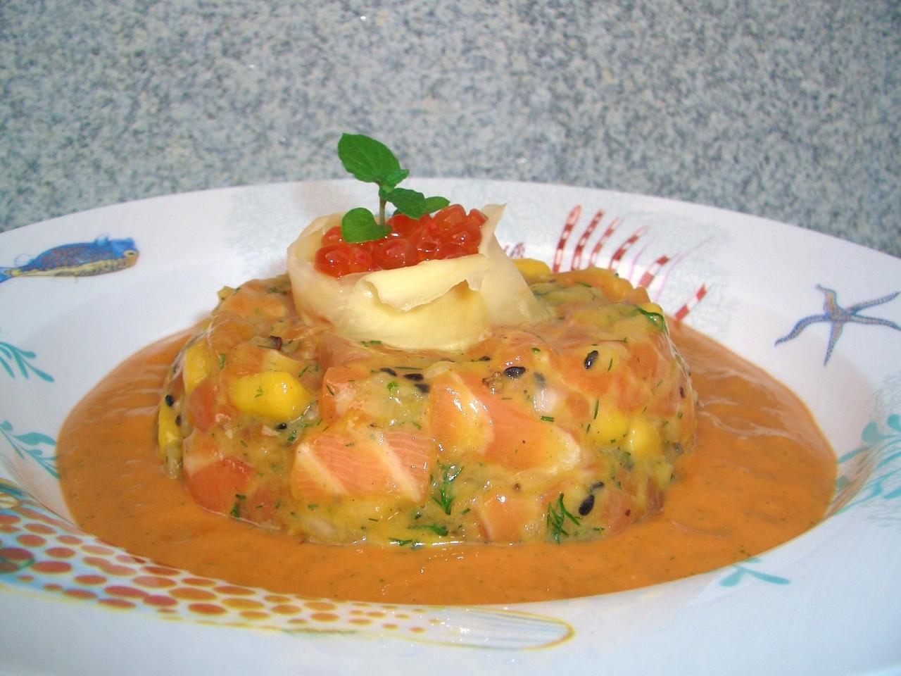 Tartar de Salmón y Mango con Salmorejo deHierbabuena