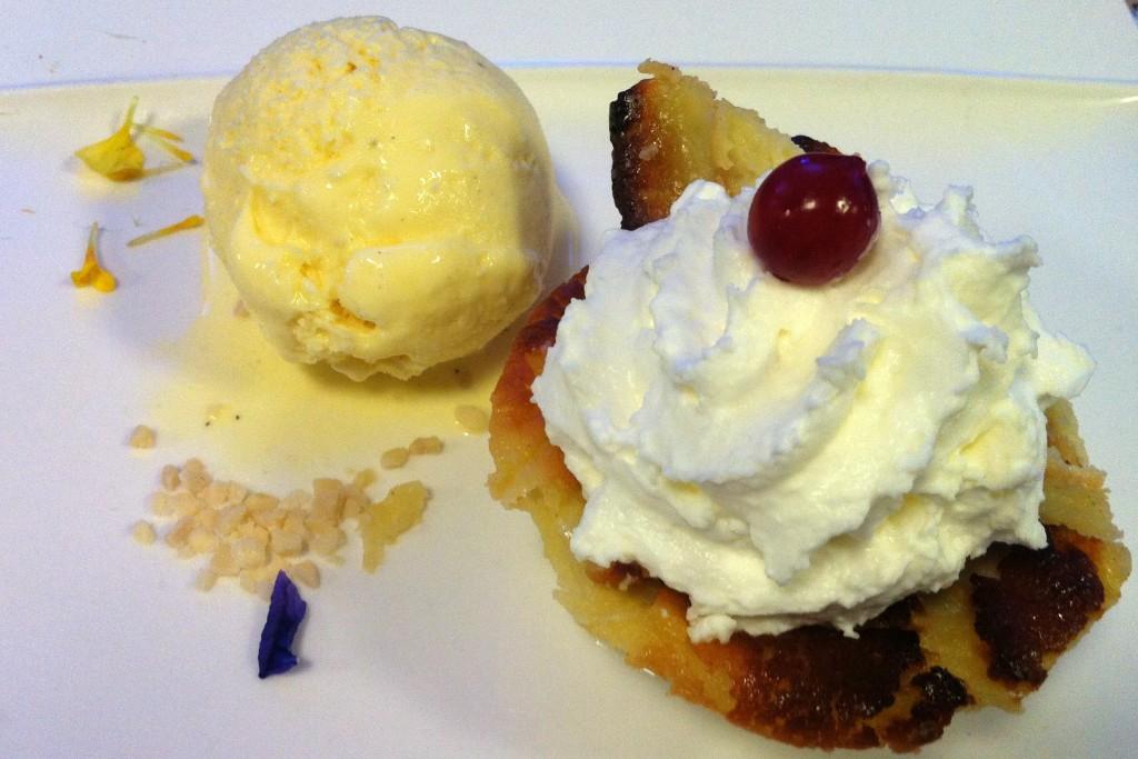 Postre: Tarta de queso azul con helado artesano