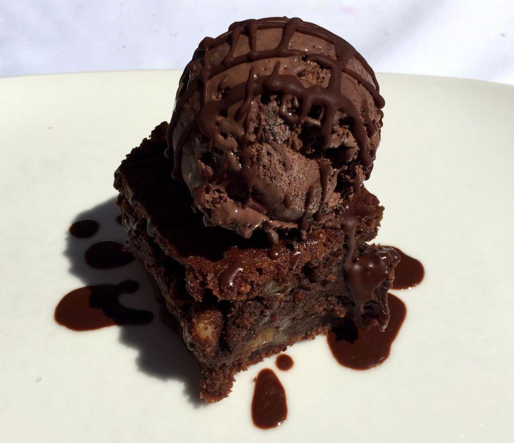 Brownie con helado de chocolate