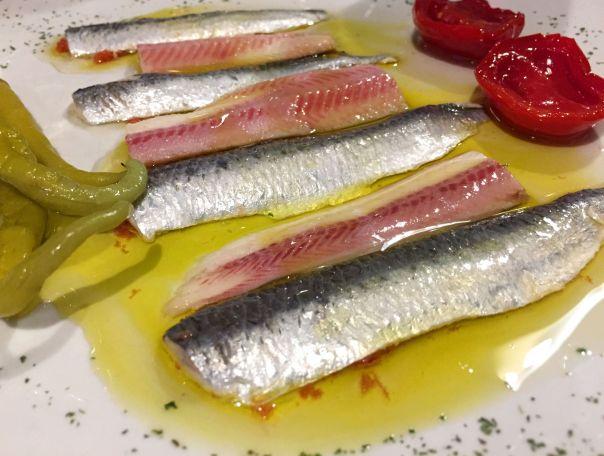 Pareja de hecho - Anguila ahumada y sardina en vinagre con tomates pera deshidratados