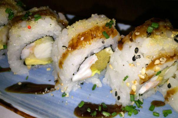 Anko roll - Tempura de rape, langostinos cocidos, mayonesa, aguacate, cubierto de huevas doradas