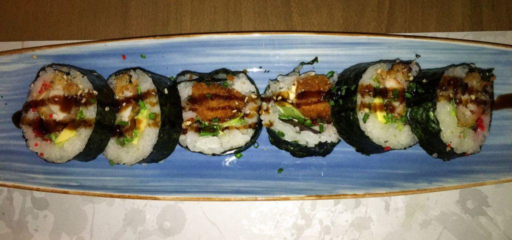 Futomaki de bogavante - carne de bogavante tempurizado, aguacate, pepino, lechuga, mayonesa y huevas de masago