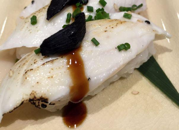 Niguiri de Pez Mantequilla Tostado con Ajo Negro