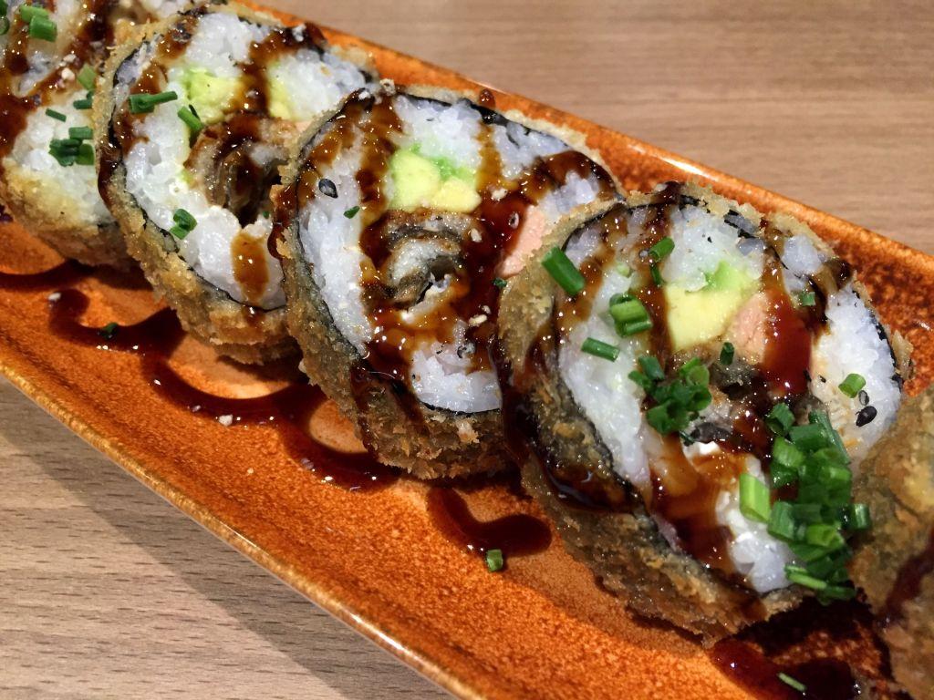 Futomaki Kabayaki - anguila, aguacate, foie y queso crema. Todo empanado