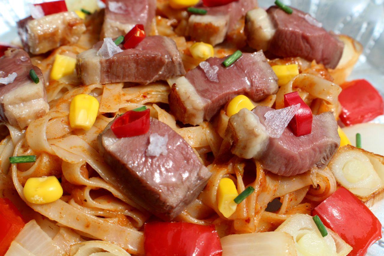 Noodles al Curry Rojo con Pato yVerduritas