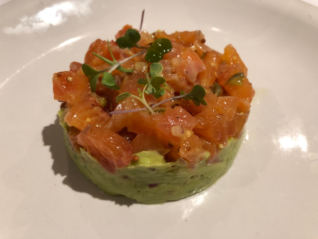 Tartar de aguacate y salmon