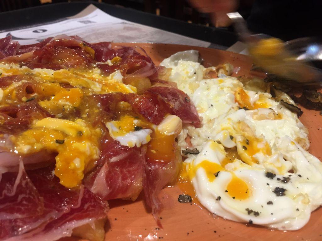 Huevos rotos con jamon de bellota y trufa