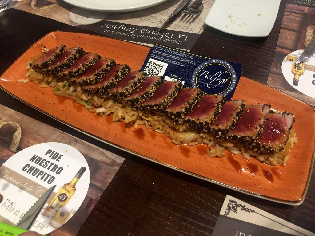 Tataki de atún rojo sobre wok de verduras y arroz thai