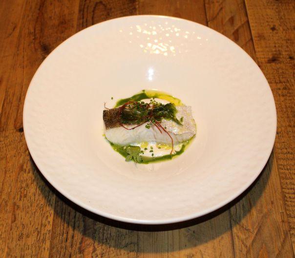 merluza del pincho con emulsión de su cogote, algas y perejil