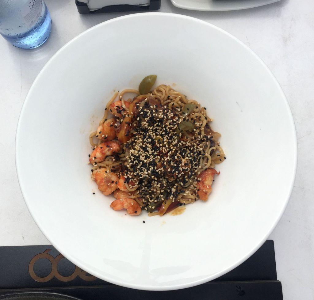 Yakisoba con verduras y langostinos