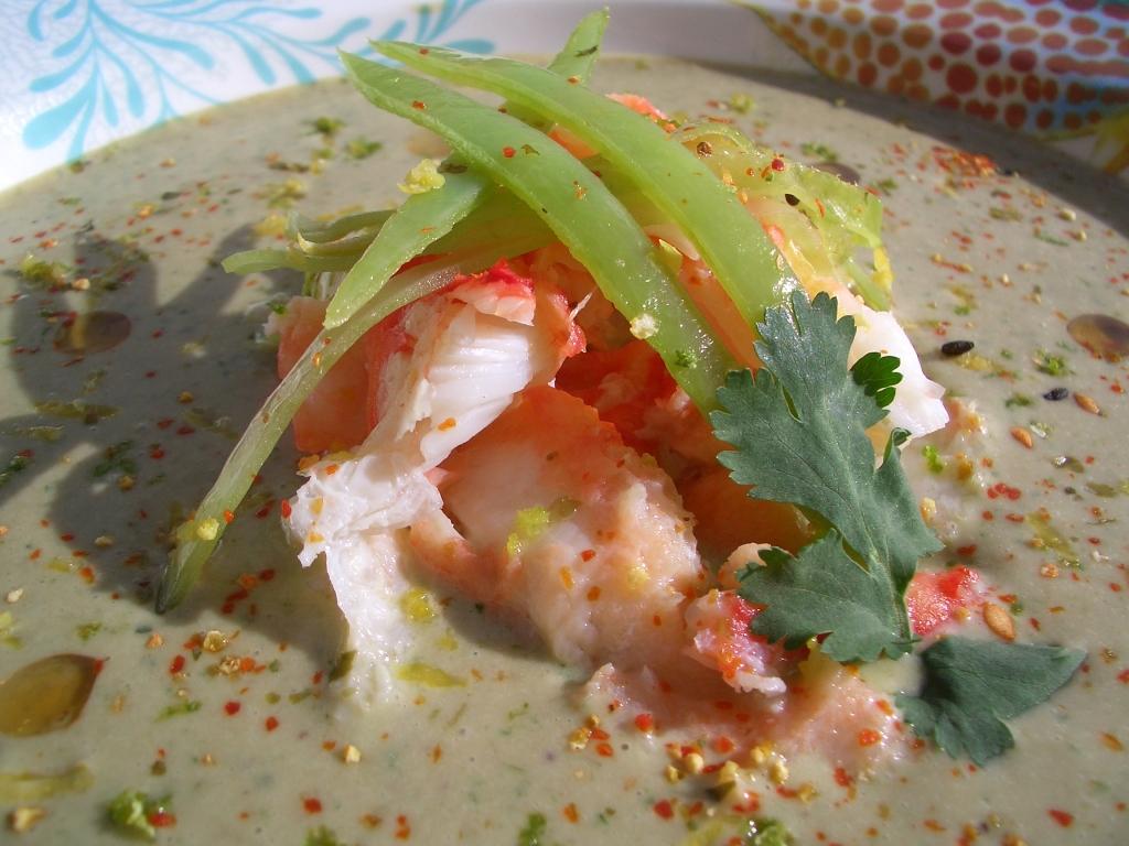 sopa de coco y cilantro con cangrejo real