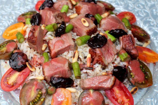 Ensalada de arroz, pato y picotas