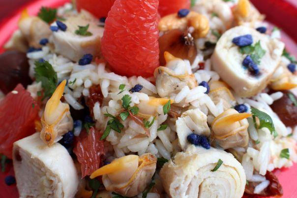 Ensalada de arroz, bonito, berberechos y pomelo
