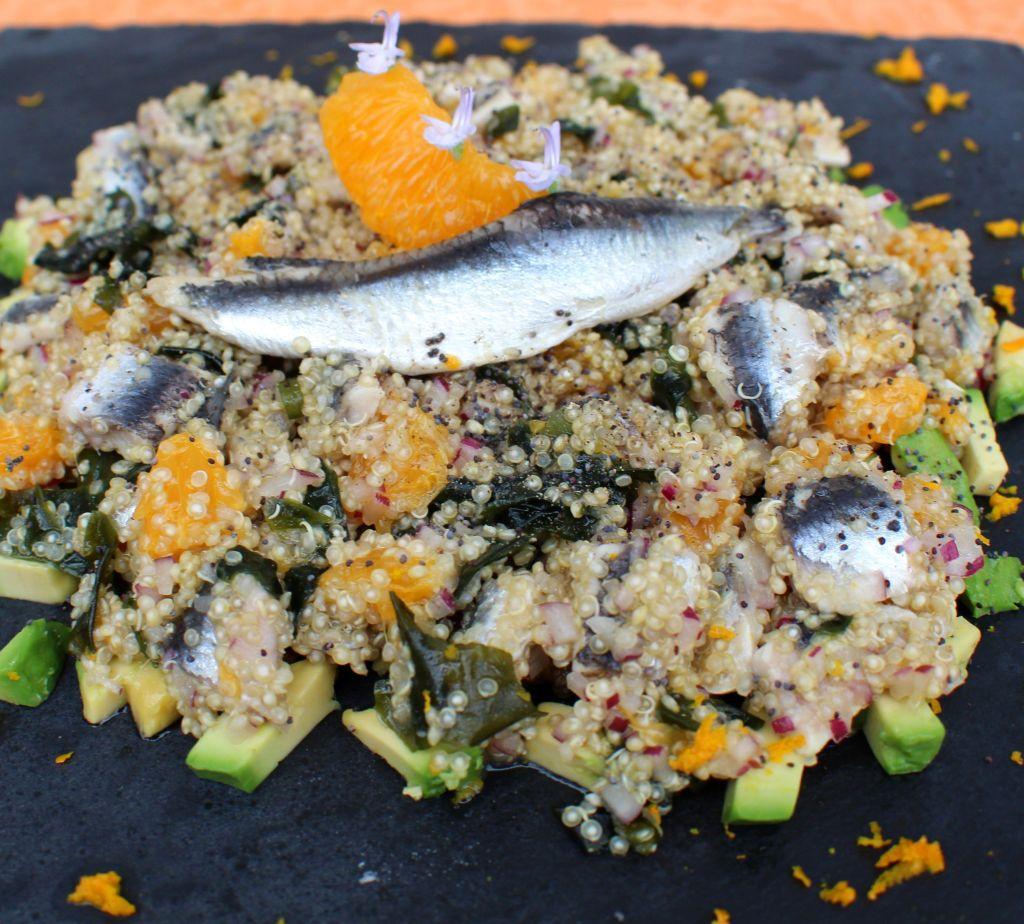 Ensalada de quinoa, boquerones, algas y naranja