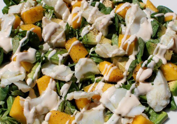 Ensalada de skrei, canonigos, mango y aguacate