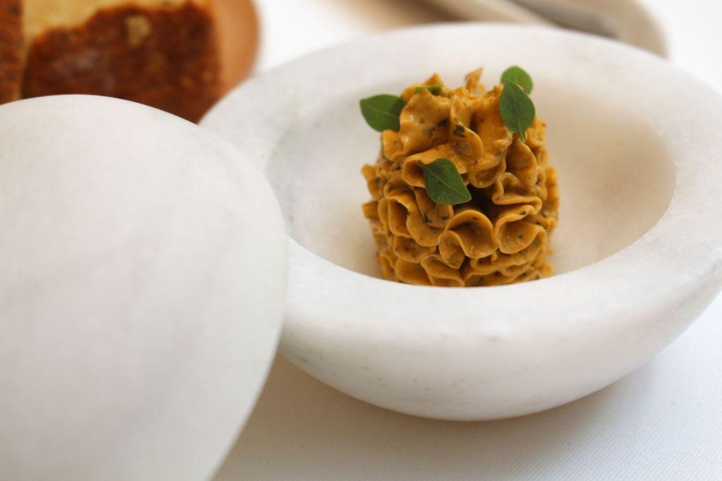Mantequilla de tomate seco y albahaca