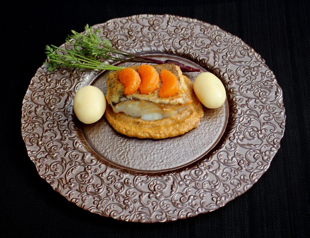 Bacalao con turrón, yema tostada y mandarina