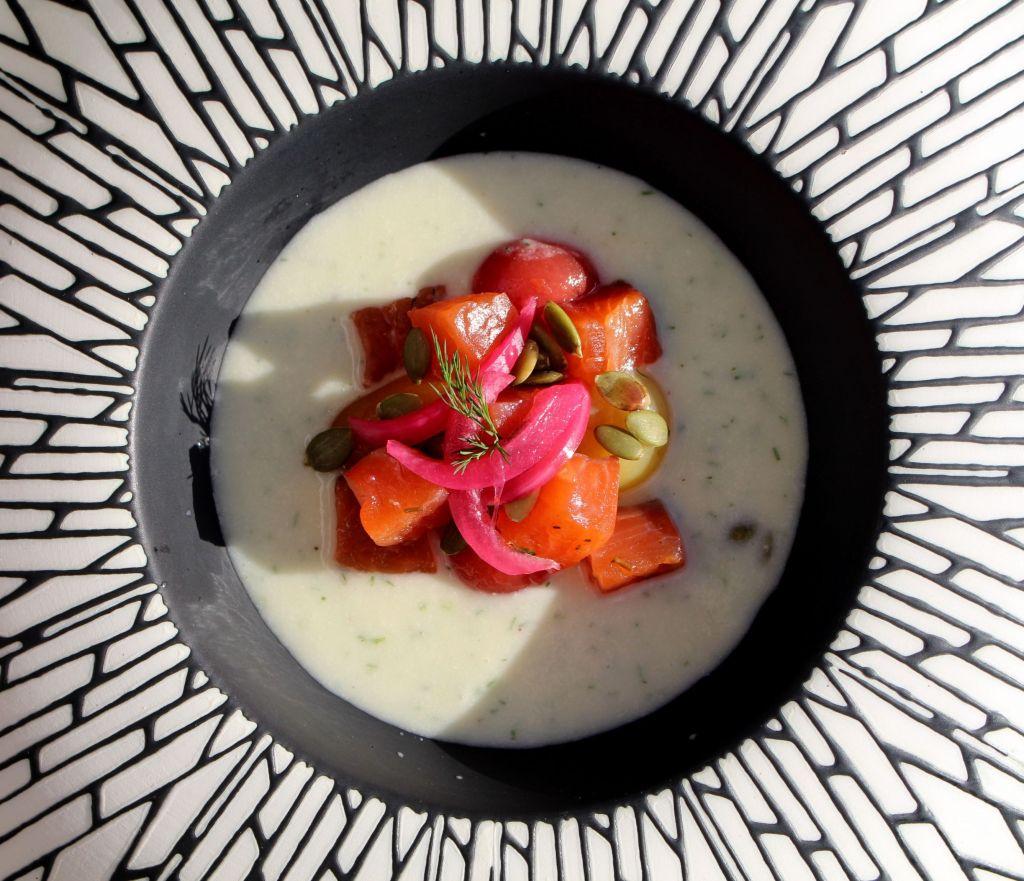 salmón curado con sopa fría de melón y eneldo