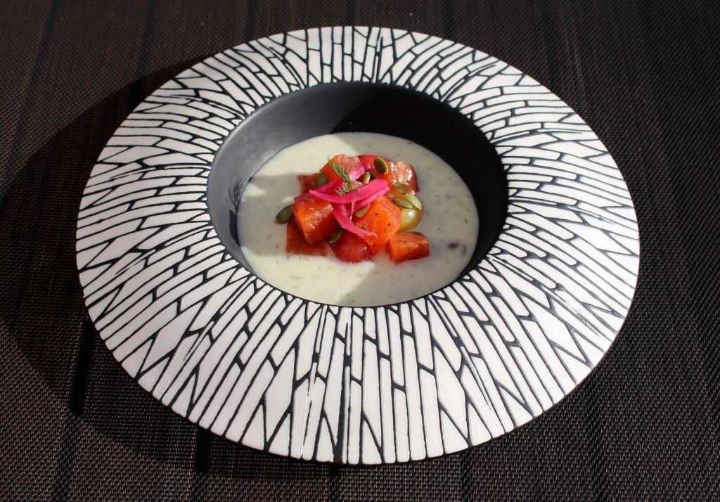 salmon curado con sopa fría de melón y eneldo