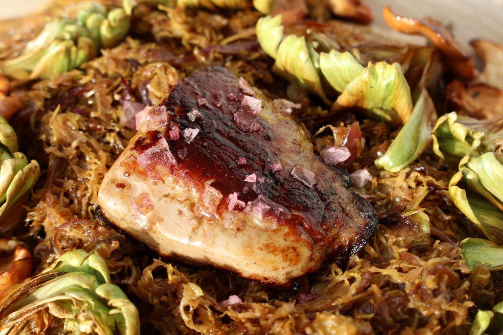 Coles de Bruselas, alcachofas, setas y foie
