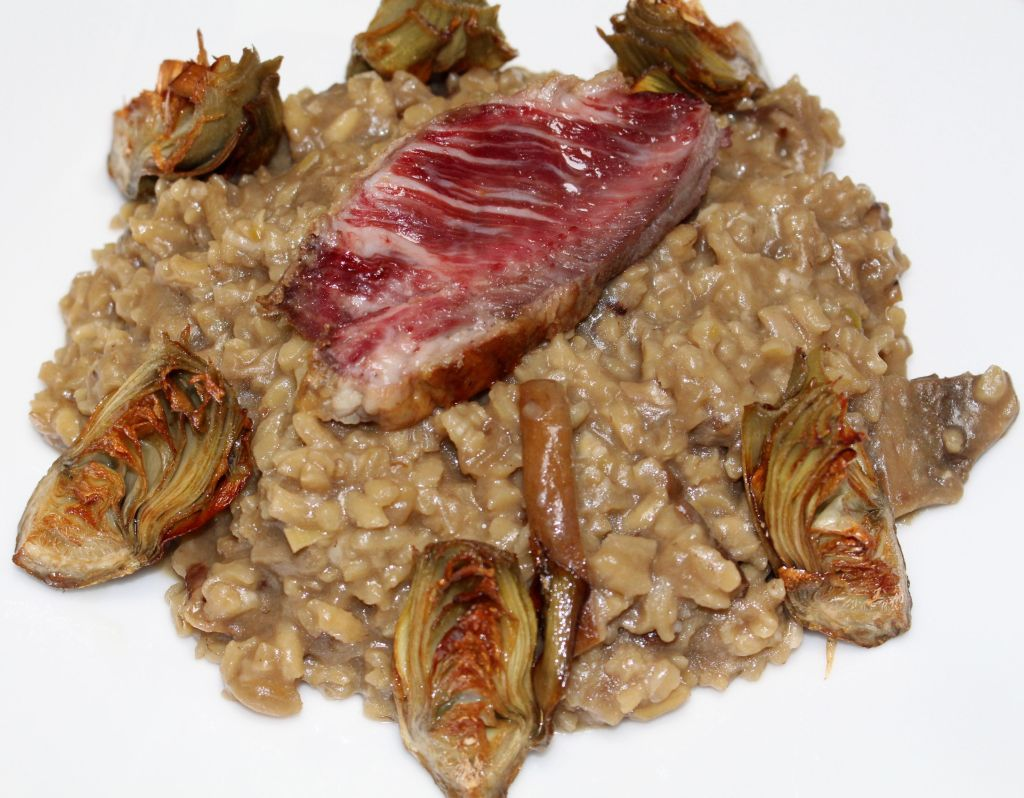 Risotto de boletus con presa ibérica y alcachofas