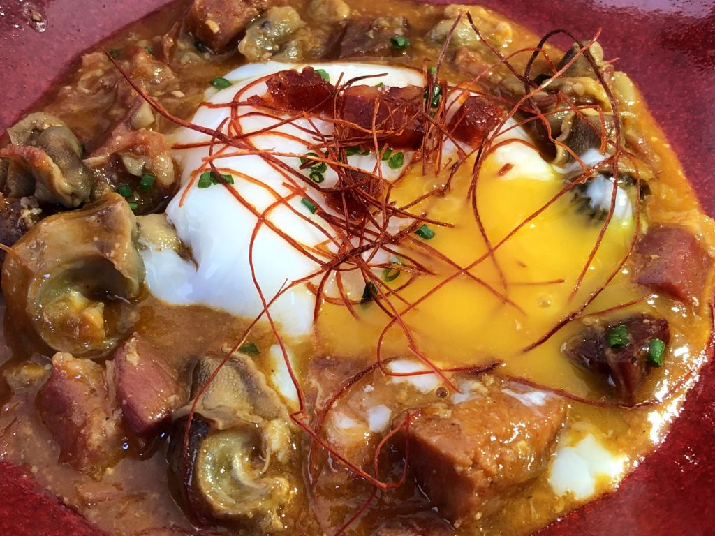 Huevo con caracoles
