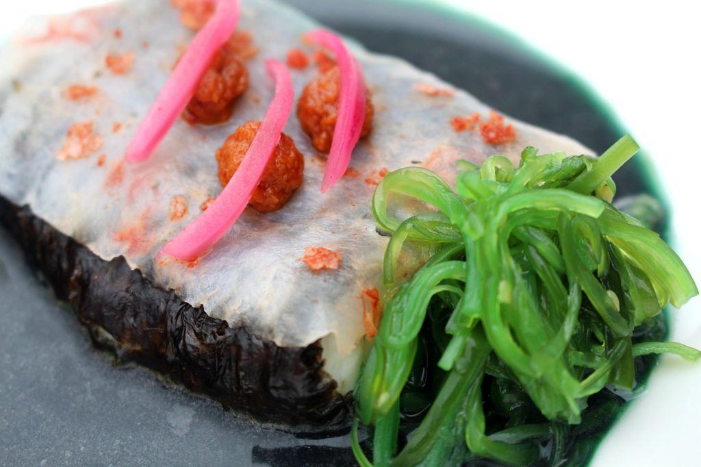 Merluza con langostinos y algas