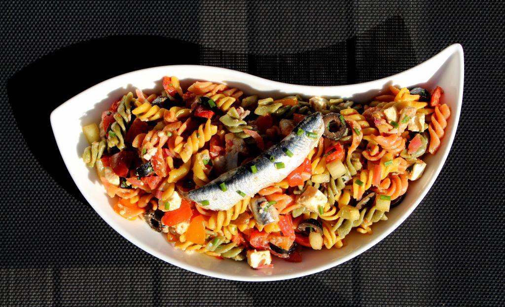 Ensalada Shopska con Pasta y Boquerones