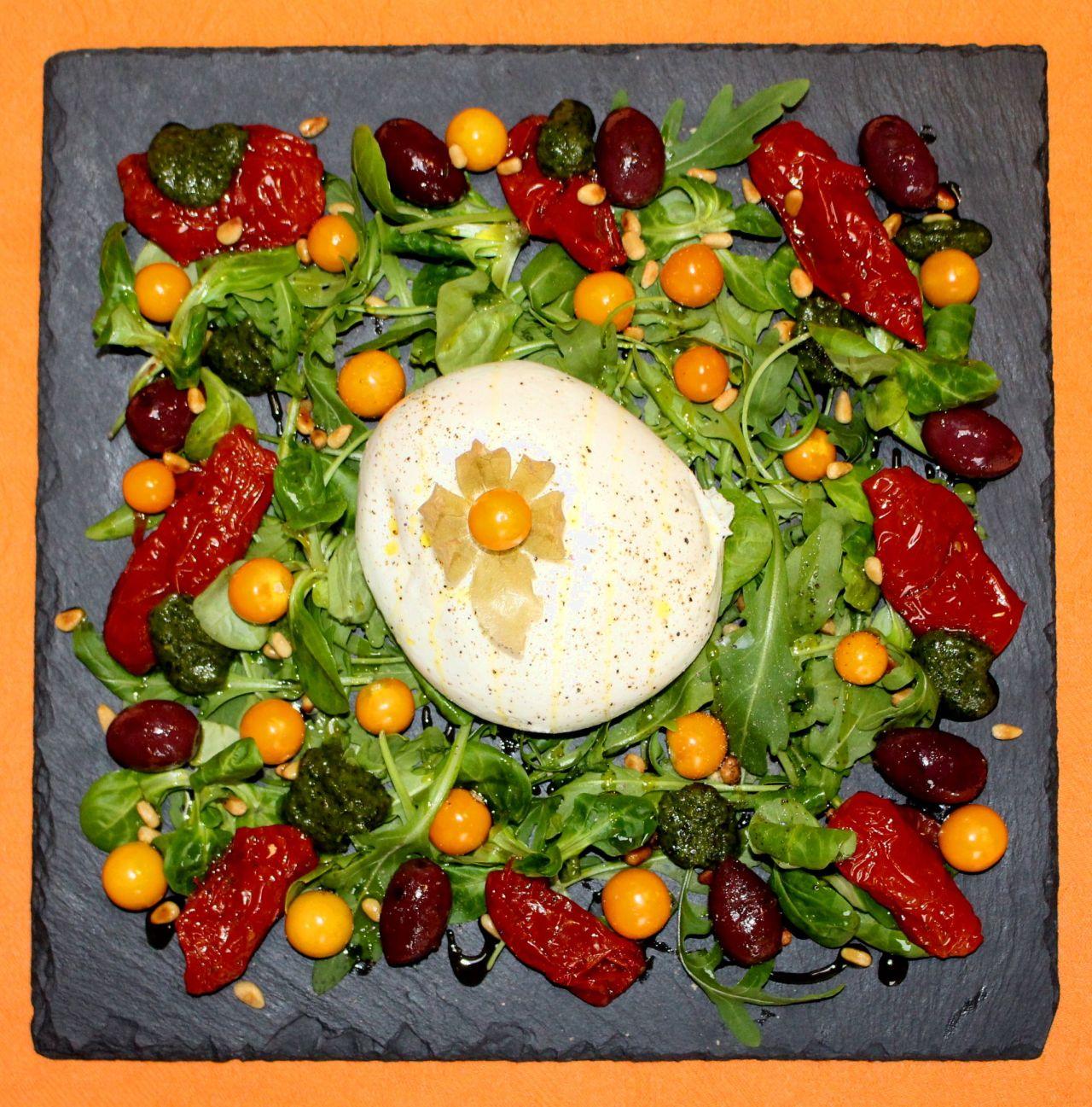 Ensalada de Burrata con Pesto yPhysalis