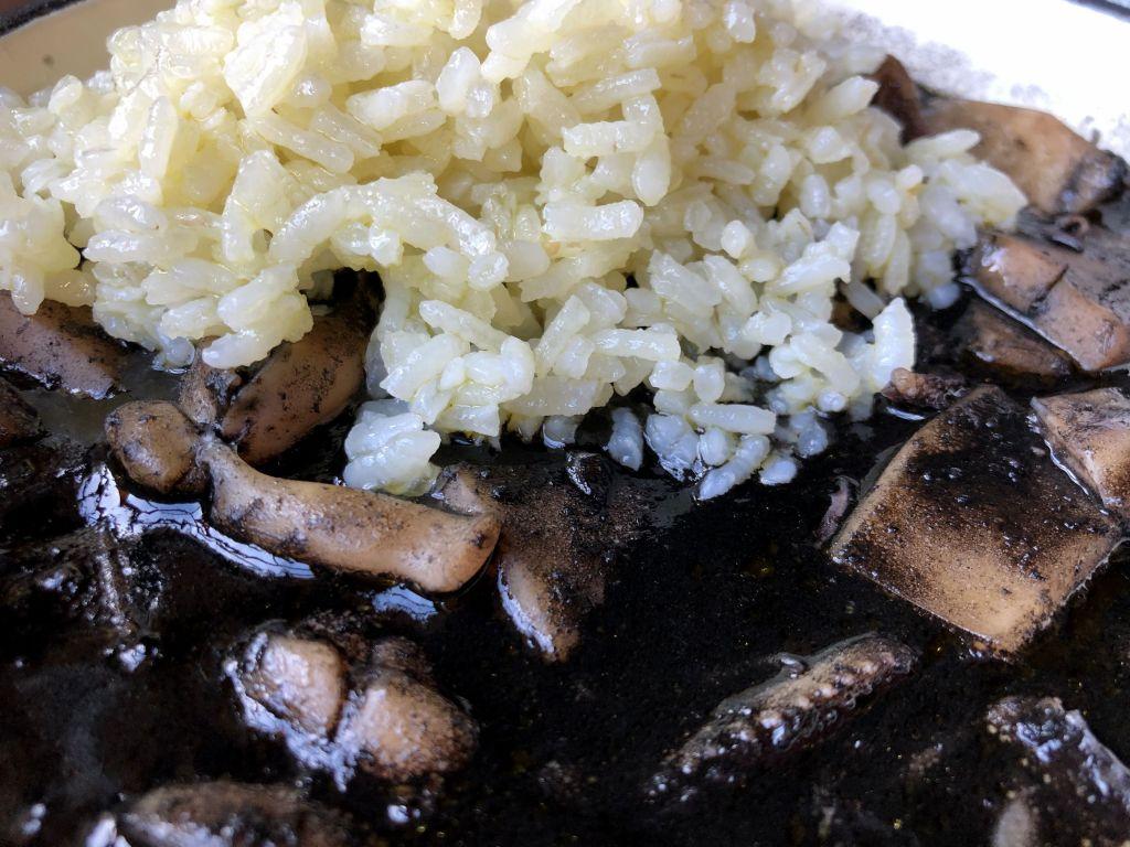 Calamares en su tinta con arroz y alioli